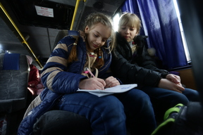 Heavy fighting in Ukraine leaves children cold, thirsty and out of school - 2017